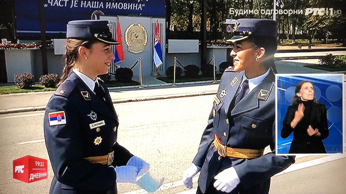 🇷🇸12日セルビア軍軍事アカデミー卒業生の将校昇進式があった。今年はボスニア軍の派遣生8人を含む152人が少尉に。9年ぶりの女性空軍少尉2人も。ブーチッチ大統領は「軍事的中立の為に強い軍が必要」と演説。ミグ29からの「セルビア万歳!」との言葉で少尉達はまず跪いて十字を切り、軍帽を空に投げた…