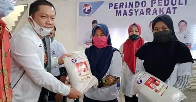 Partai Perindo Jambi bagikan beras di Desa Kubu Kandang, Kecamatan Pemayung, Kabupaten Batanghari. Ringankan beban masyarakat yang terdampak Covid-19.  #PerindoUpdate #BaksosPerindo #PerindoPeduli #AksiNyataPerindo #UntukIndonesiaSejahtera https://t.co/Ty1BkTcG4J