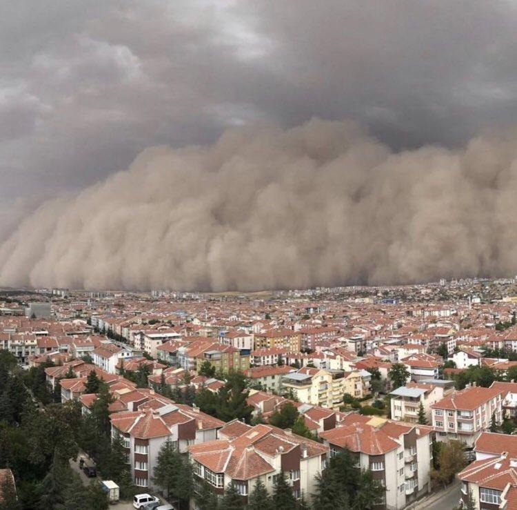 Ankara'da kum fırtınasını görünce korkmuştum ta ki takvimi görene kadar, takvimde #2020 yazısını görünce normal dedim rahatladım.   #2020felaketleri https://t.co/b9VablkdaG