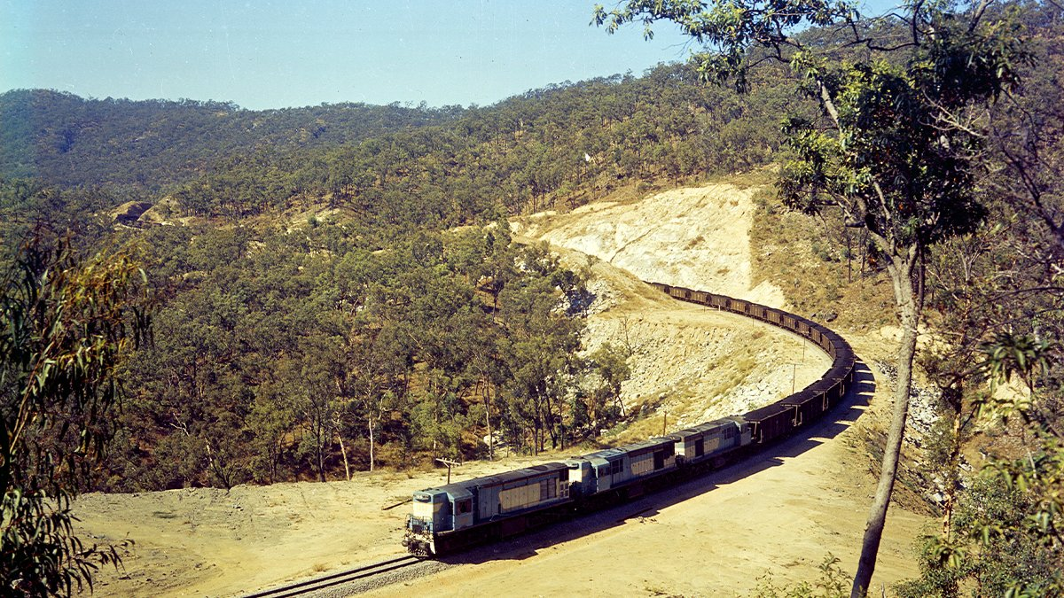 #TrainspotterSunday is a triple header! Three 1300 class diesel locomotives haul a coal train on the #Calliope Range, 1970.   #trainspotter #diesel #coaltrain #diesellocomotive https://t.co/hIaQLQRsup