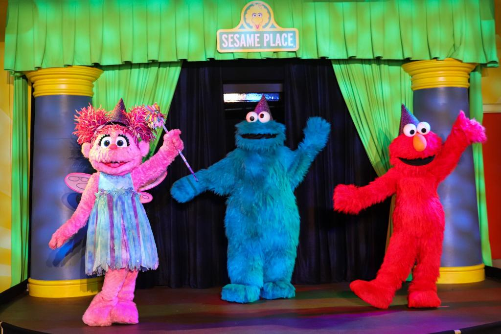 🍽️ Savor the moment at Dine with Elmo & Friends! Have your camera ready to capture your favorite furry friends singing and dancing on stage!  Reserve your table today: https://t.co/E5XafbTuSL https://t.co/x8CstpkfrJ