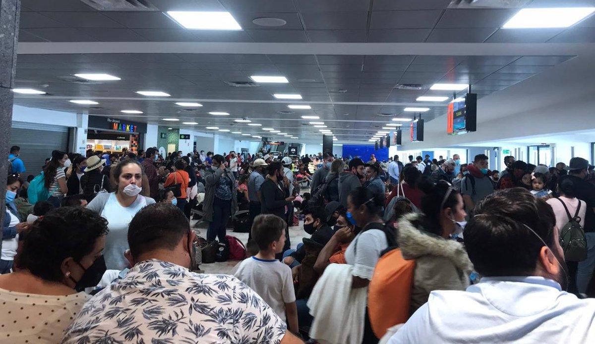 #Hermosillo Sin control el acceso al Aeropuerto de Hermosillo @AptoHermosillo , está así en estos momentos. Porque somos así pues . Mucho turismo a playas y a la CDMX.  Apunten la fecha . Luego lo platicamos. @SSalud_mx @ssaludsonora @GobiernoMX @SRE_mx https://t.co/joUJGHxK0B