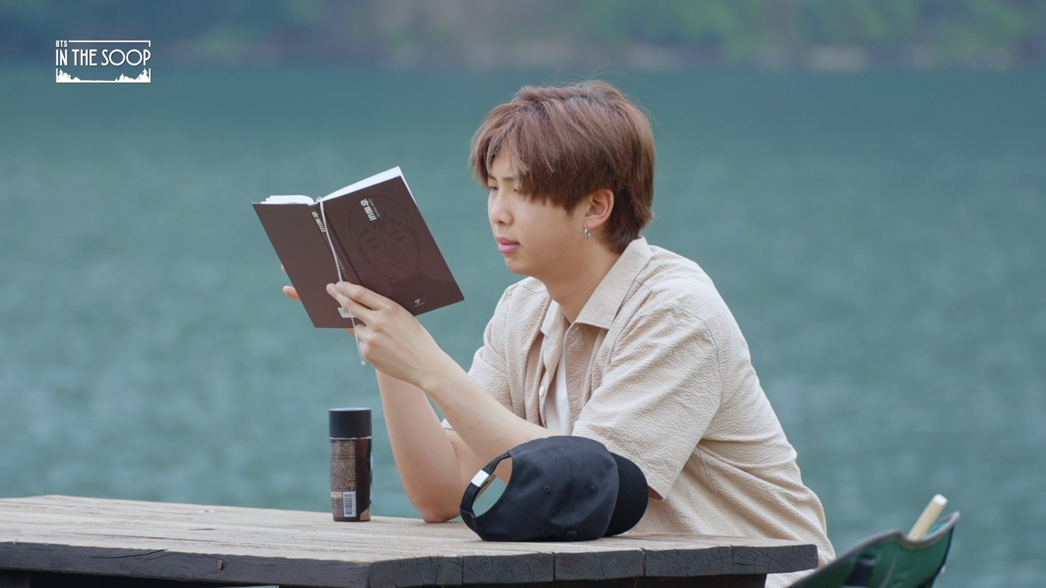 นัมจุน (RM - BTS) กำลังอ่านหนังสืออัลมอนด์ Almond ในรายการ In The Soop
