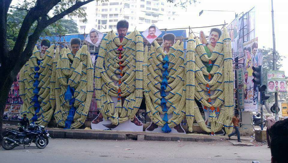 #Mersal Movie Has Been Celebrated Massively In Bangalore City By Thalapathy Vijay Fans.. Placed 5 Different CutOuts Of @actorvijay 🔥🔥  Even Karnataka State Is Always A Fort Of Thalapathy Vijay   #TRPಚಕ್ರವರ್ತಿತಳಪತಿVIJAY  #Master @actorvijay #KGFChapter2 https://t.co/RkhFC802nY