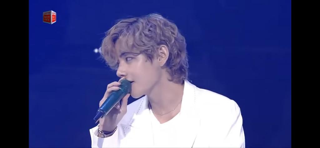 Who is this? KIM TAEHYUNG  What is he doing  Killing me and ARMYS with his visuals and CURLY hair Kim taehyung curly hair is iconic WE STAN LEGENDS #KIMTAEHYUNG  #V #BTSLotteFamilyConcert  #kimtaehyungweloveyou  #Taehyung  #TaehyungYouArePerfect https://t.co/bxbHAJ5oLZ