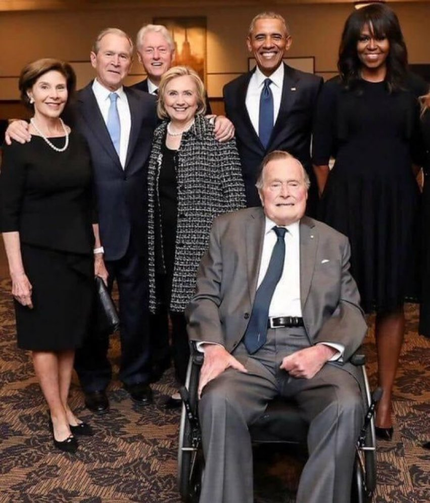 Look at the size of Michelle Obama compared to Hillary Clinton. Or Blll. https://t.co/QroCT8UeF4