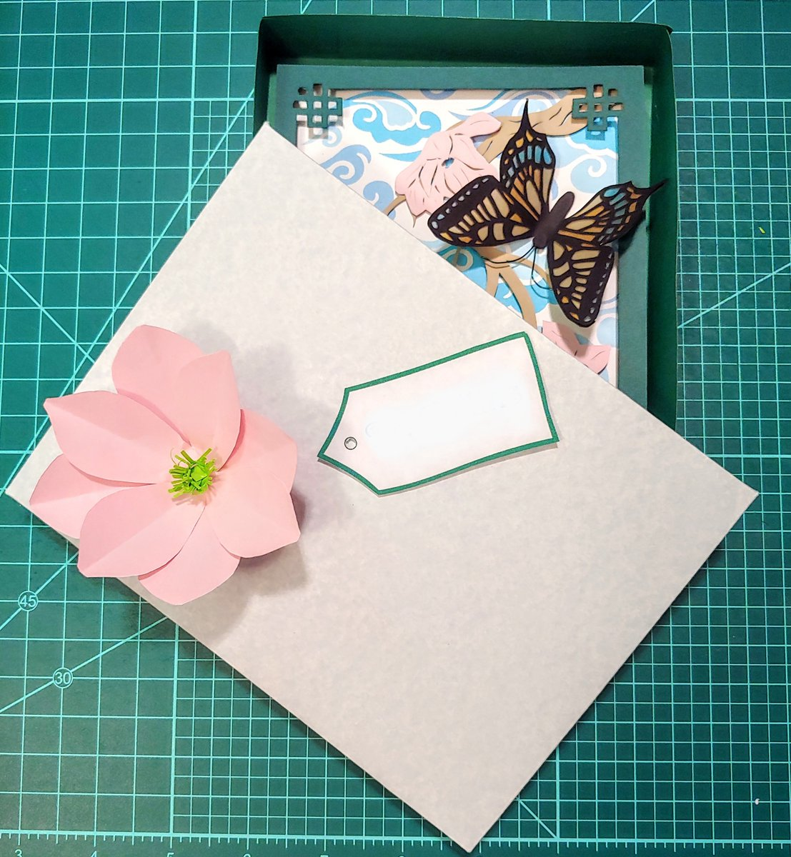 Since the #papercut thank you card won't fit in an envelope, I made a gift box with a paper magnolia on the lid. #papercrafts #paperart https://t.co/uhkHdmenR2