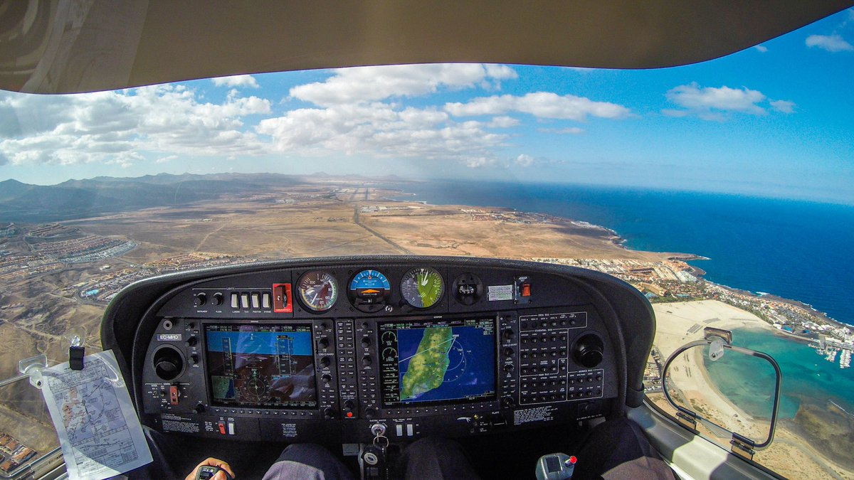 This one comes obviously from the 'good old times' where there were a lots of people down there on the beach... (in the right corner)... 🏖 #caletadefustes #fuerteventura #acheek #flightdeckmonday #da40 #flygarmin #garmin1000 #weflydiamondaircraft #sea #ocean #canaries #pilot https://t.co/wBwzqQYO36