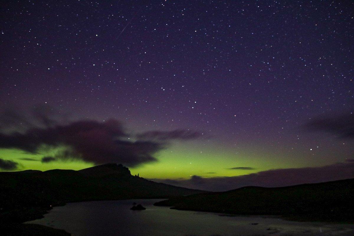 Aurora over The Old Man of Storr. Not the best display I've seen here but nonetheless the Merry Dancers were mesmerising  #Skye #Aurora #AuroraBorealis #Scotland #ScotlandIsNow https://t.co/eX3VZfvq9j