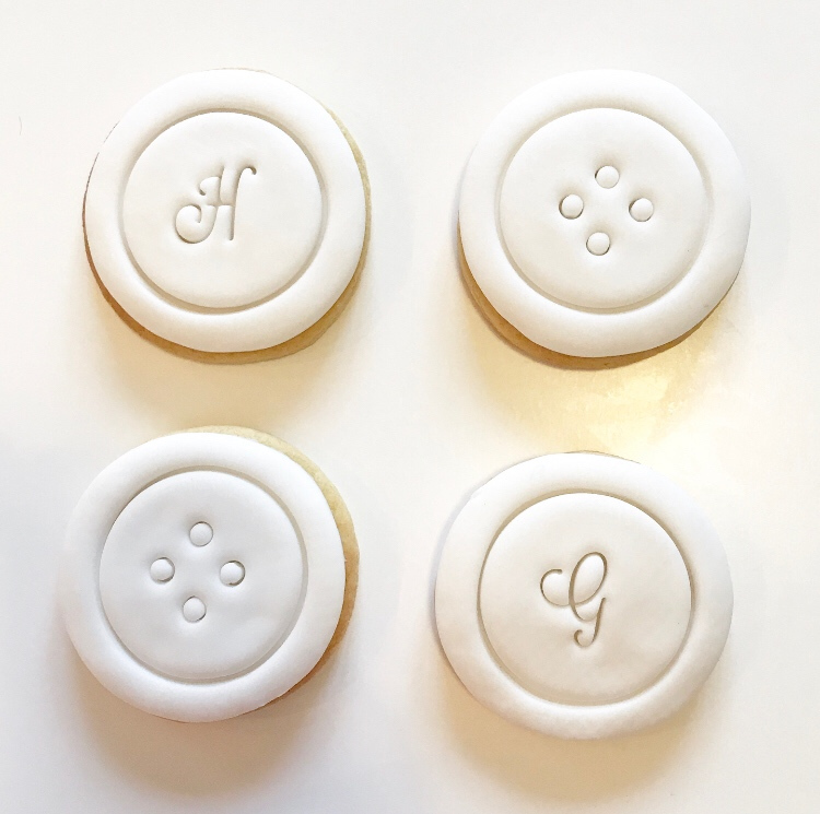 Beautiful white fondant - buttons and monogrammed cookies go so well together!  #vanillabiscuits #weddingfavours #leeds #westyorkshire #homebaker #cakelady https://t.co/Mq76unZblD