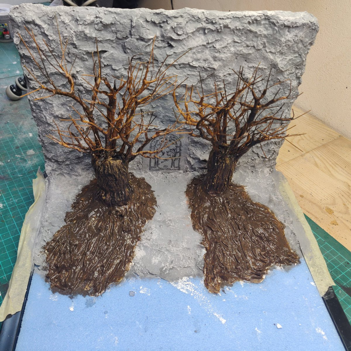 This morning I put the base colour on these lovely Holly Bushes that flank Durin's Door.  #tolkein #GamesWorkshop #middleearth #mesbg #terrain #makers https://t.co/8wcS82BUF3