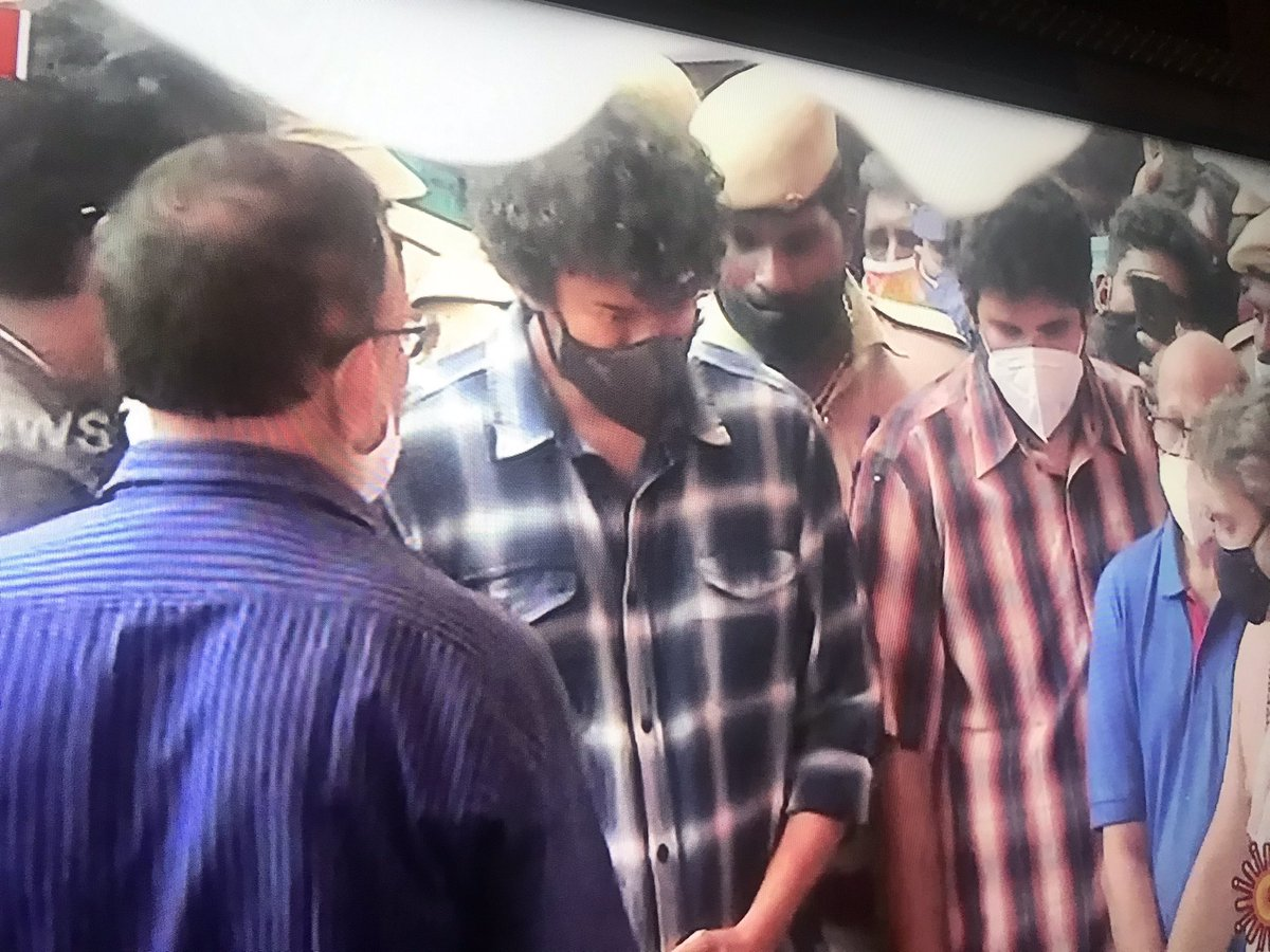 Thalapathy paid his last respect to SPB sir 😔 #RIPSPB https://t.co/fuMsxNXknb