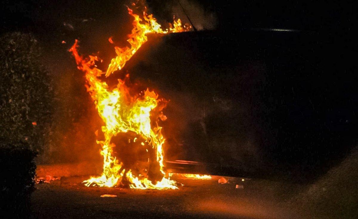 Weer autobrand in Apeldoorn, politie vermoedt brandstichting..