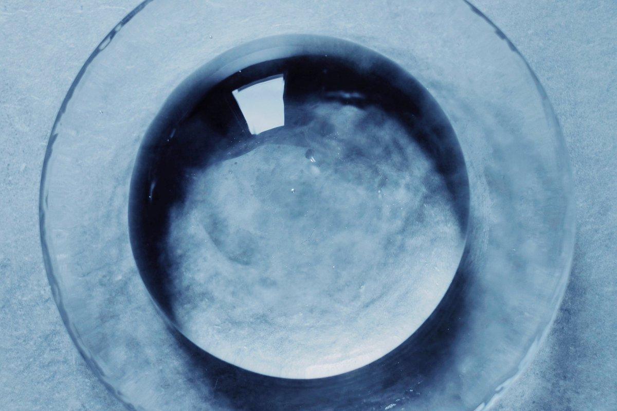 丸もち屋の天然水でできた水まる餅は、まるで大きな雨粒のよう。