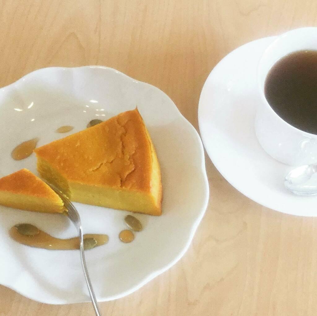 """""""パンプキンチーズケーキ"""" 終了しました🎃  マロンマフィンもうすぐ終了します🌰  #次は何にしようかな  #スコーン #マフィン #カフェ #スプンティーノ https://t.co/HAO3gS70b2 https://t.co/npvA6csXBs"""