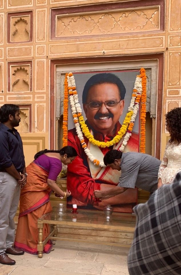 #Radhika, #TaapseePannu & #RajendraPrasad bid floral tribute to legendary singer #SPBalasubrahmanyam from the shooting location of their upcoming film. @VijaySethuOffl @taapsee @realradikaa #RIPSPB #SPBLivesOn #Tollywood https://t.co/I3sbEQf03l