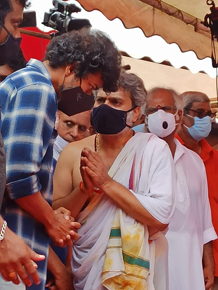 #ThalapathyVijay paid his last respects to the Legendary Singer #SPBalasubrahmanyam garu. https://t.co/vo8IK73mGk