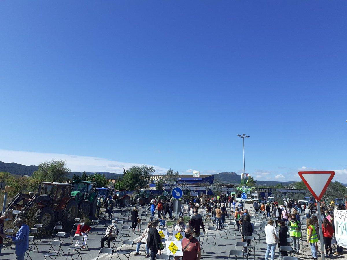 ATENCIÓ- Comença la concentració convocada @PerLaConca @SalvemCanTito @uniopagesos a la rotonda de la Masia