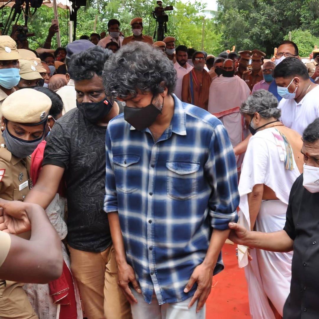 எஸ்.பி.பாலசுப்பிரமணியம் உடலுக்கு #தளபதிவிஜய் நேரில் அஞ்சலி ! #SPBalasubrahmanyam ! #ThalapathyVijay ! #CineTimee ! https://t.co/vKyvRrAlk9
