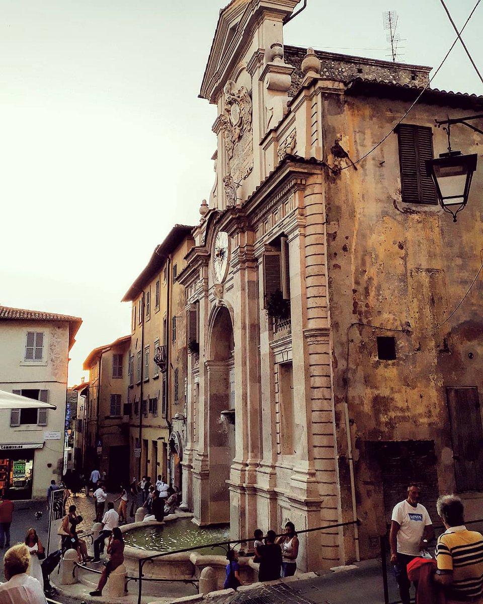 Alle più antiche origini di #Spoleto appartiene l'Arco di Druso e Germanico, arco romano che introduceva al foro, attuale #piazzadelMercato. Ve ne regaliamo uno scorcio, una vista che punta dritto sulla sua fontana https://t.co/mtXU9LHyv1 Ph IG paolodigiglio #umbriacuoreverde https://t.co/VHw9m6LlYb