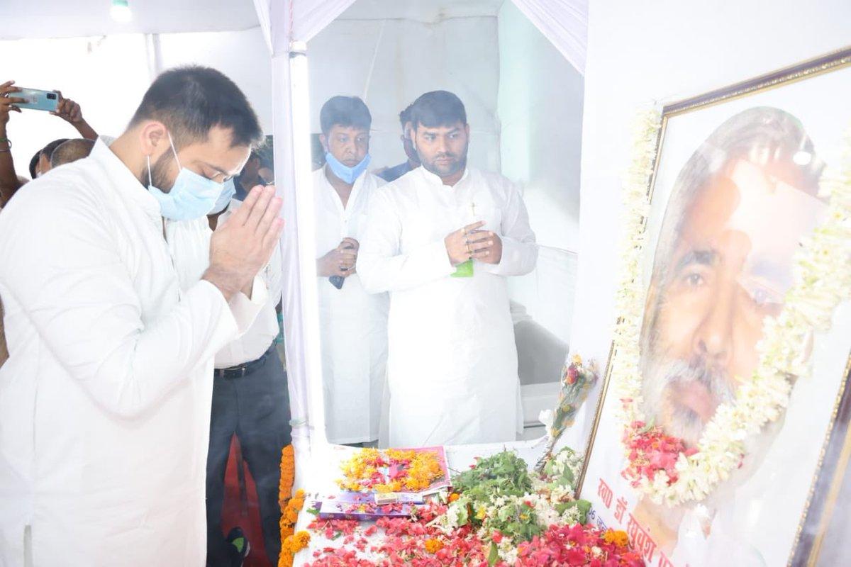 वैशाली जिले के महानार प्रखंड के पानापुर पहेमी गांव में पूर्व केन्द्रीय मंत्री आदरणीय श्री रघुवंश प्रसाद सिंह के श्राद्ध कार्यक्रम में सम्मिलित हो उनके चित्र पर माल्यार्पण कर विनम्र श्रद्धांजलि दी। https://t.co/bKXUTWjdhK