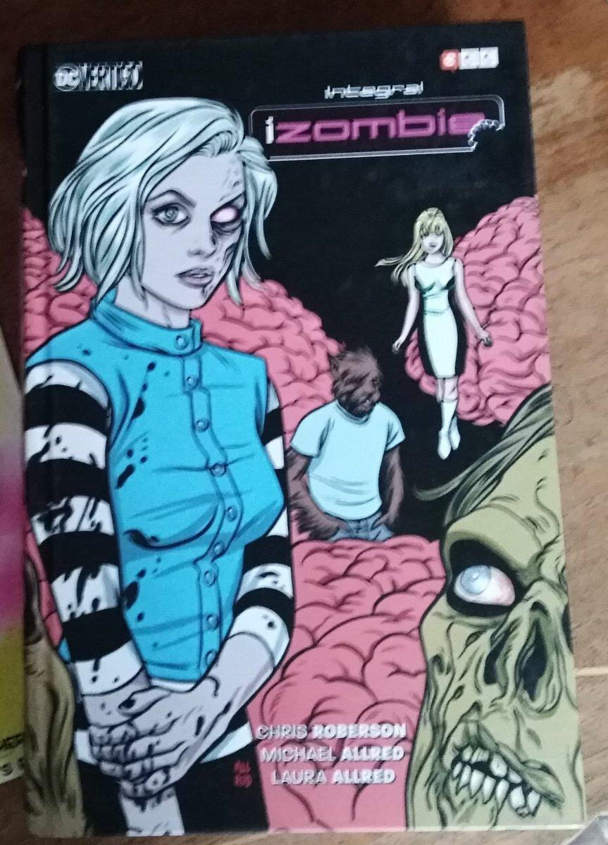 I, finalment, em faig amb l'edició integral d'@eccediciones de la divertida sèrie de misteri sobrenatural creada per @chris_roberson, @AllredMD i Laura Allred al segell @vertigo_comics de @DCComics i que també va comptar amb @BetomessGilbert, @kingpopgun, J. Bone i @jimruggart https://t.co/51D7dQ6u05