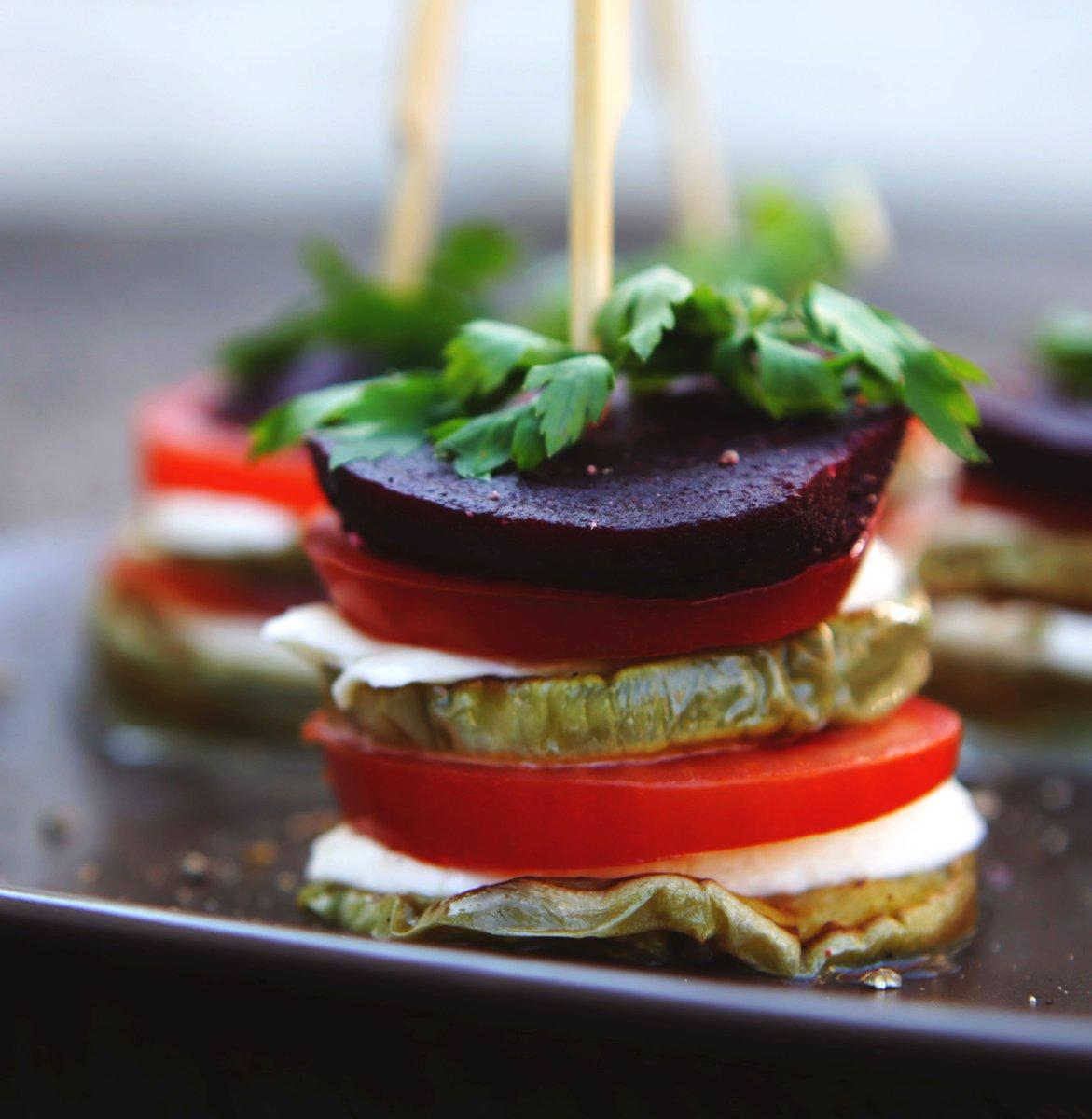 Een groentetorentje met #aubergine, #mozarella, #tomaat en #biet maak je zo: https://t.co/kJ1mhPR0jW  #vega #vegetarisch #groente #watetenwevandaag https://t.co/RvKt40f0rZ