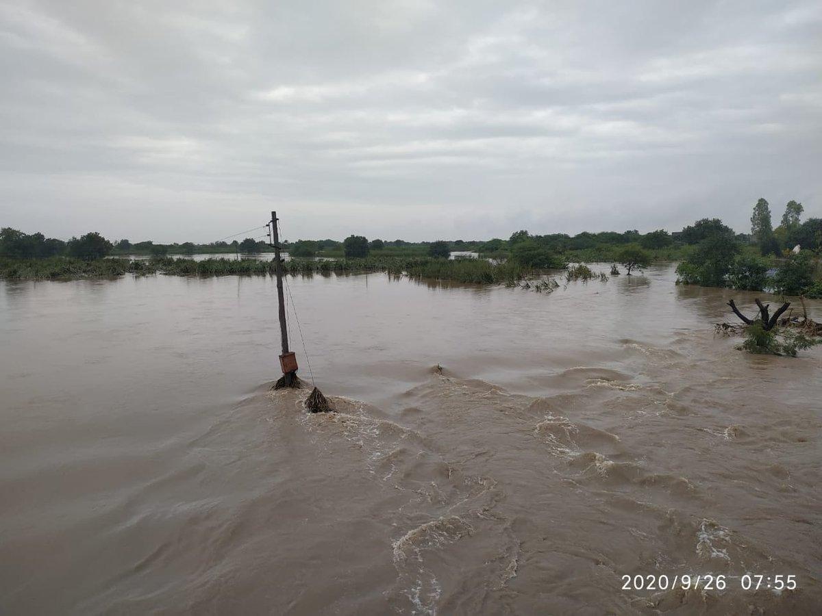 जालना जिल्ह्यातल्या अंबड तालुक्यातील वडीगोद्री महसूल मंडळात रात्री १७० मिलीमीटर पाऊस झाला.मुसळधार पावसामुळे मांगणी नदीला मोठा पूर आला आहे. नदीलगतच्या ऊस, कापूस, सोयाबीनच्या शेतांमध्ये पुराचे पाणी शिरल्याने शेतकऱ्यांचे मोठे नुकसान झाले आहे. #flood #jalna https://t.co/QZhiviimuR