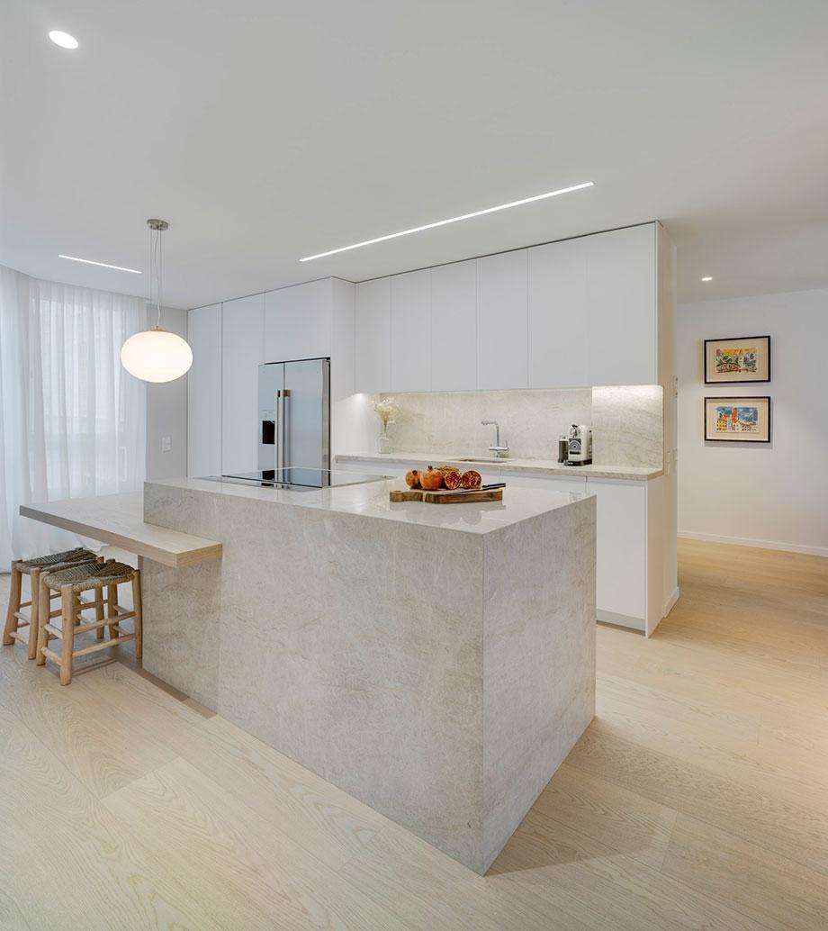 La elección de la paleta de #materiales y colores ha sido clave para dar forma a los serenos #interiores de esta vivienda, proyectada por Alberto García Diseño Interior. -> Fotografías: David Frutos ->   -> #interiors #renovations #Murcia https://t.co/k7OXWsJZKn