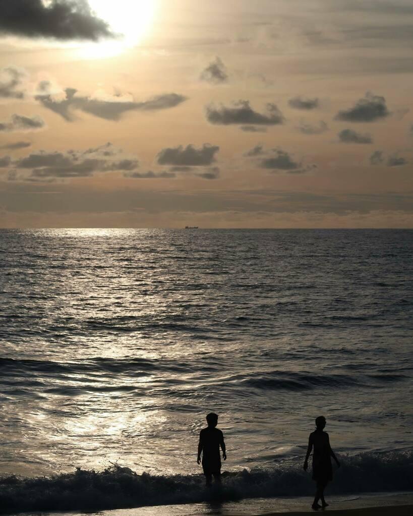 รูปนี้ เราสามคน 🧍🏽♀️🧍🧍♂️  📷 @rsonthemove   #ankinphuket #sunset #sunsetphotography #sunsetlover #sundown #maikhaobeach #phuket #Thailand #beachsunset #thaisea #preciousmoments #sunsandsea #amazingthailand #เราเที่ยวด้วยกัน https://t.co/foIcOWyNTy https://t.co/pT8zyfkyQH