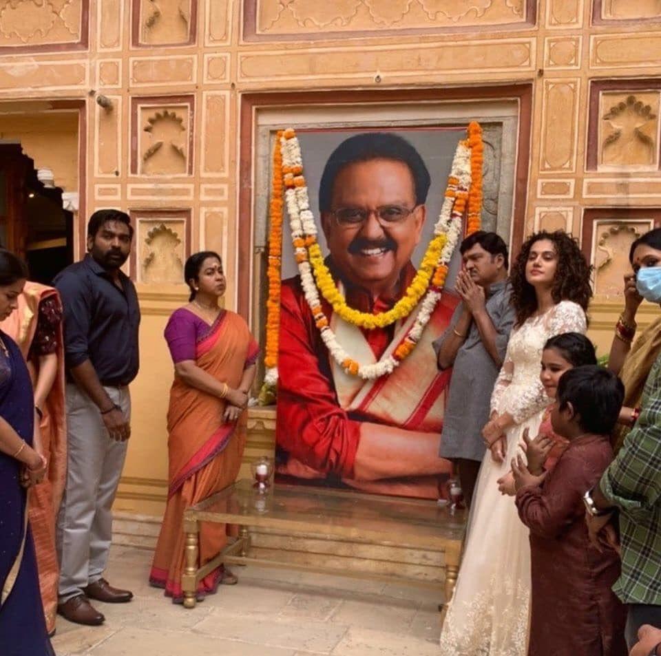 #MakkalSelvan #VijaySethupathi And RajendraPrasad #Radhika & #TaapseePannu Paying Their Last Respects To #SPBalasubramaniam At Their New Movie Shooting Spot In Jaipur ! @VijaySethuOffl ! @realradikaa ! @taapsee ! #CineTimee ! https://t.co/cAKUES83c7