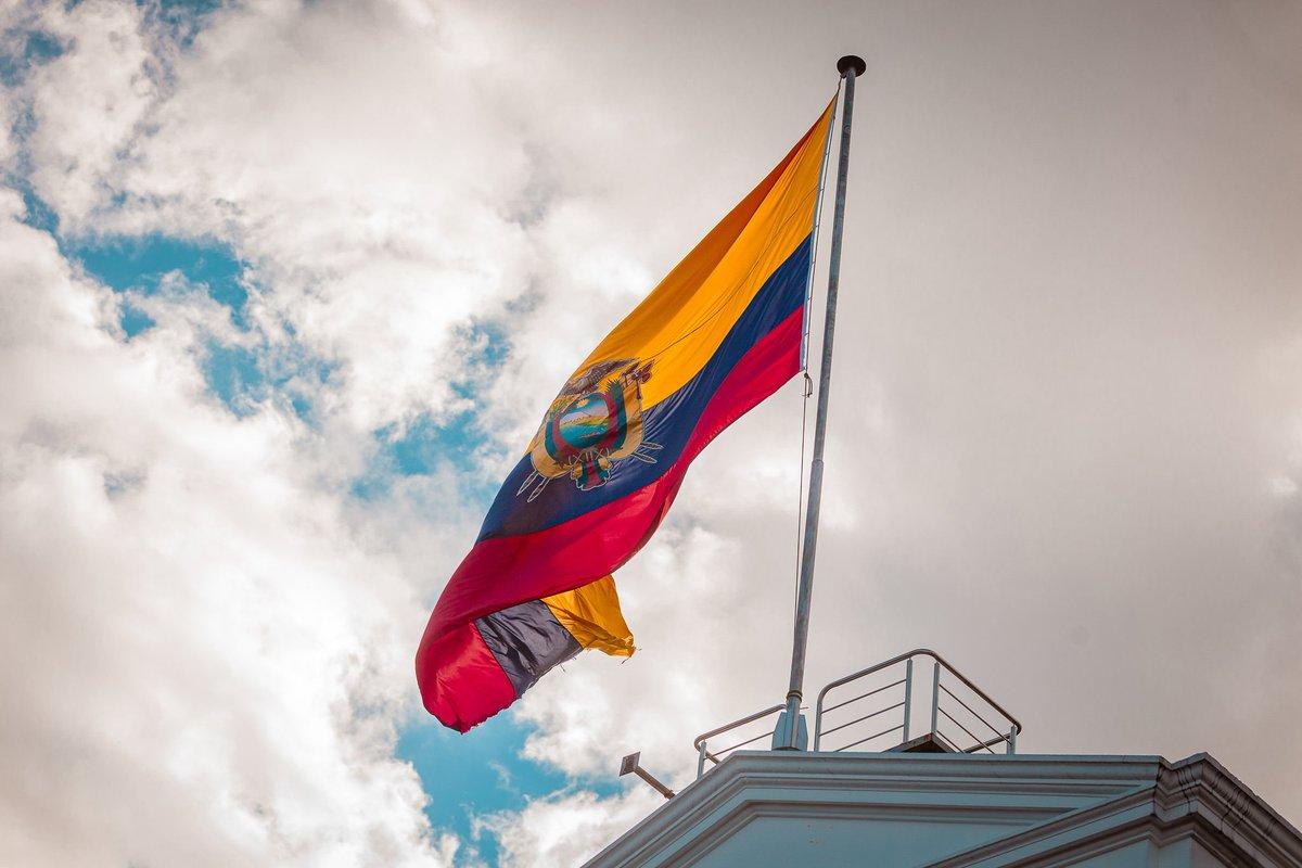 Hoy conmemoramos el #DíaDeLaBandera, lo hacemos con gran orgullo y respeto hacia este símbolo patrio que representa nuestra historia e identidad nacional.   #EcuadorMiBandera🇪🇨 #SembramosFuturo https://t.co/f0blAUDGPb