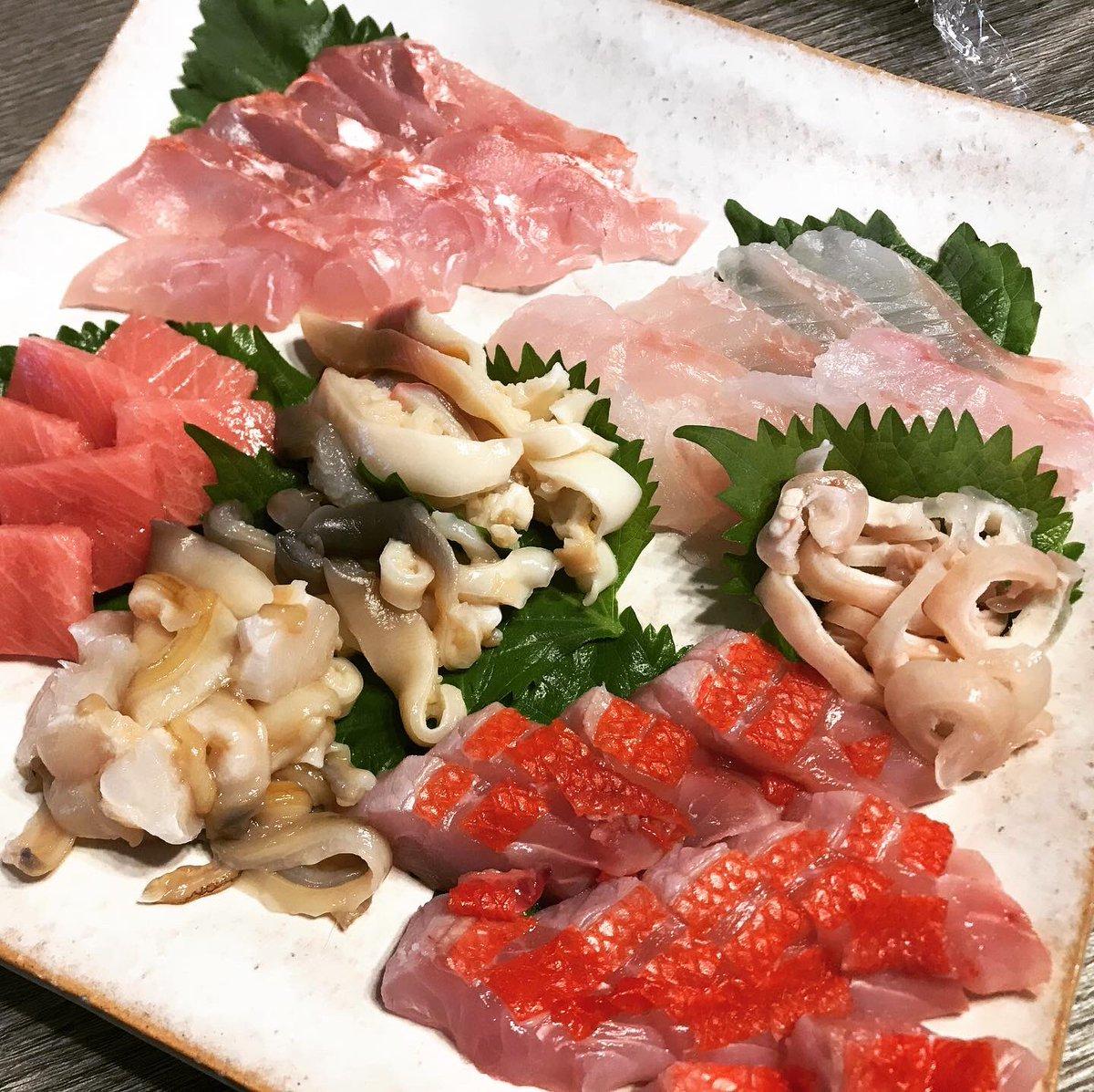 板前めざす友人による海鮮ディナー。釣りキチの彼によると、今日仕入れた魚はイマイチで納得がいかないようでしたが、私にはどれも口福三昧で幸せ過ぎる夕飯でした。  #寿司ディナー #海鮮三昧 #おうちごはん #うちでつくろう #夫婦ごはん #夫婦メシ #cookingram #家飲み #晩酌メニュー https://t.co/0eVxp5Y4H2