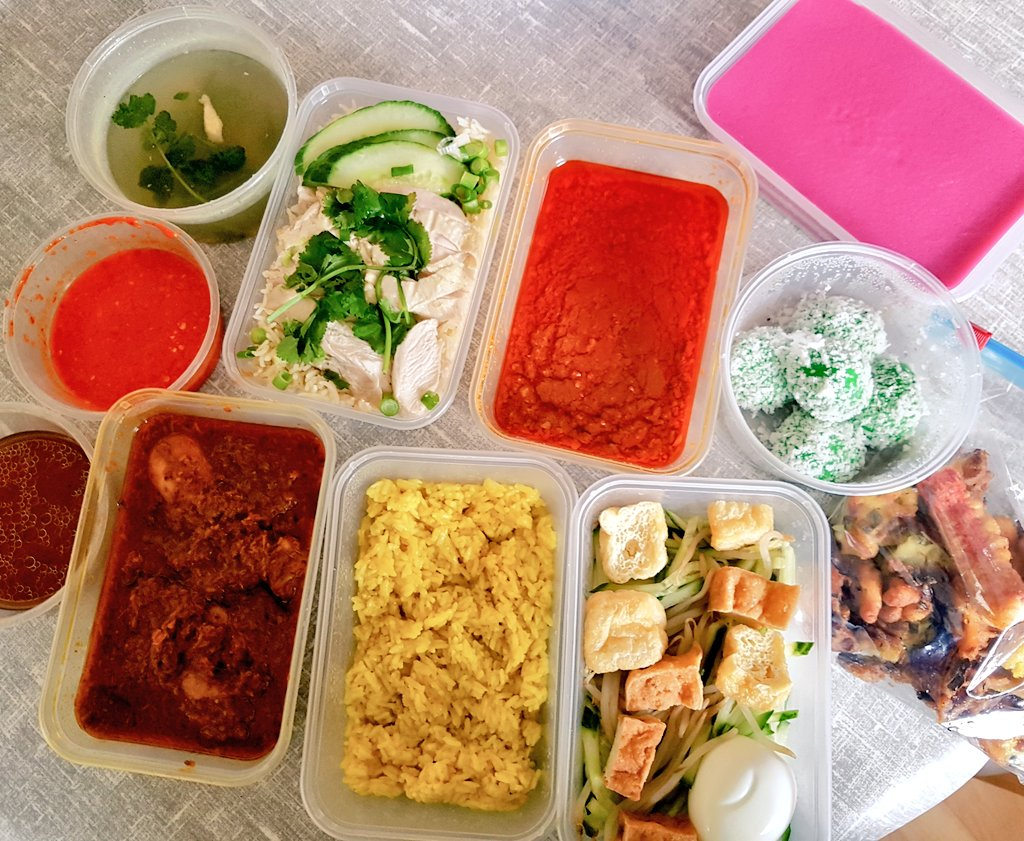 Sharing a selection of #Malaysian treats which a friend 'belanja' yesterday from #Manchester..  includes  nasi kunyit with chicken rendang, Hainanese chicken rice, rojak, kuih lapis and onde onde.  #weekendvibes #yummymummy #Foodie #Malaysia #SaturdayThoughts https://t.co/hnhqfWBitw