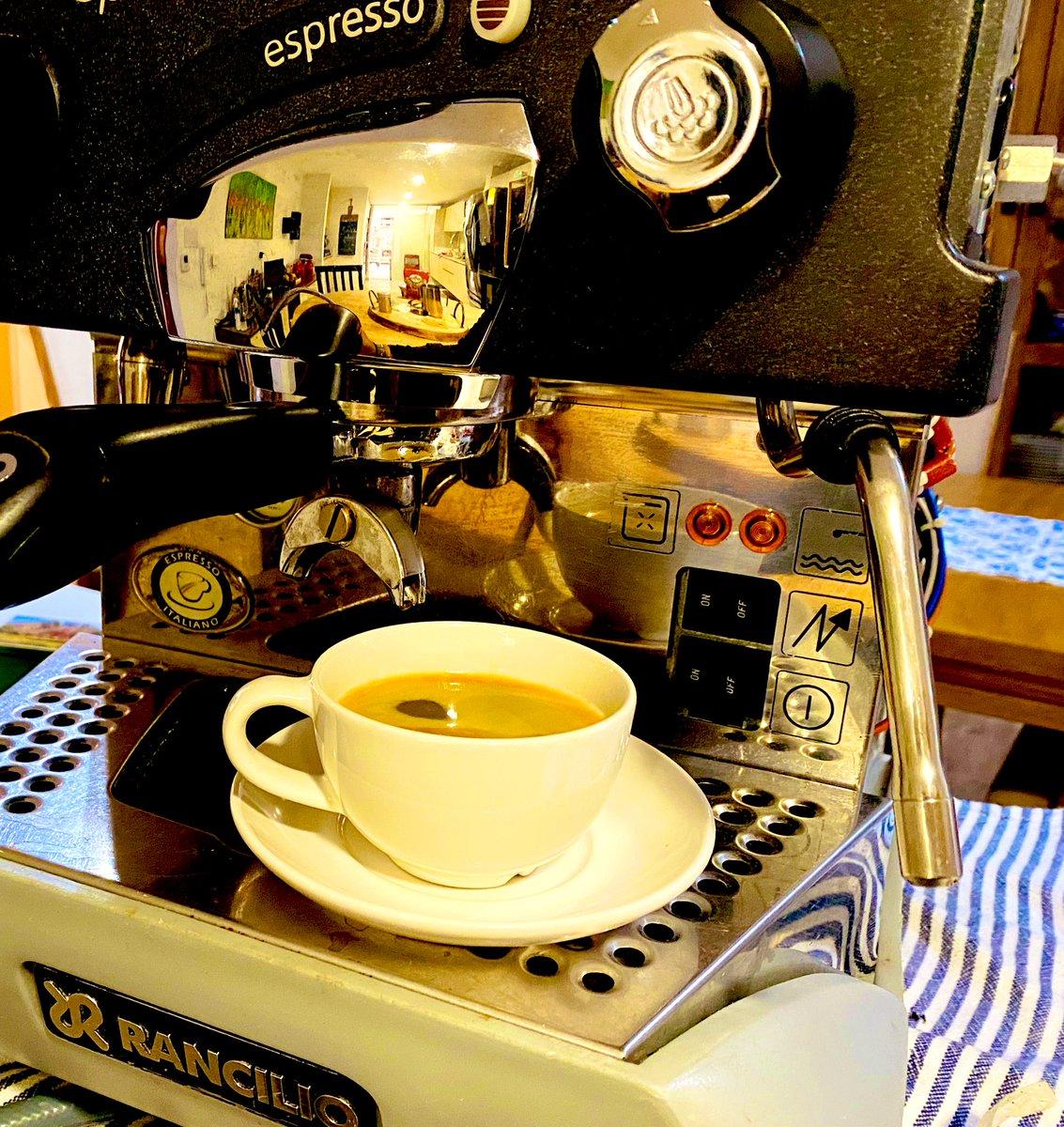 Un #americano hecho con un Café de Pueblo....  #cafedeantioquia  Una delicia🙏  #cafe #cafeamericano #cafedecolombia #cafesdeespecialidad #cafesespeciales #momentosdecafe #pasionporelcafe   @villegascafe https://t.co/D9Cild7l0k
