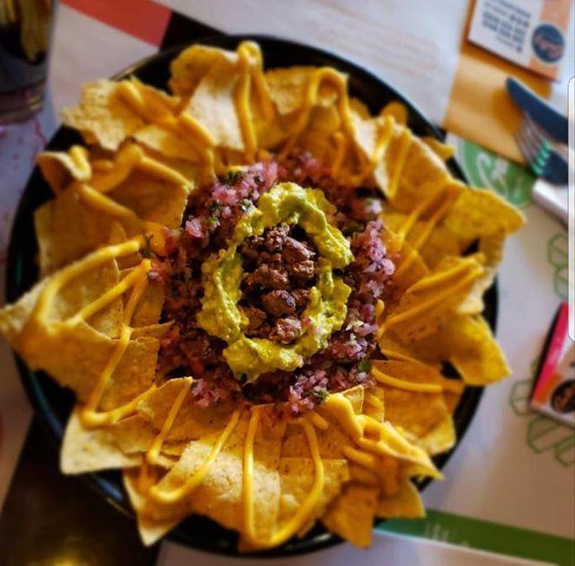 #GutizFood para almorzar en casa!! De #Entrada #Nachos cubiertos de #CarneMolida #Guacamole #PicoDeGallo #QuesoCheddar junto a tu #HamburguesaPreferida  Pregunta por nuestros #Combos   Domicilios: ☎ 320 9528913 y 320 9530105 Por #Rappi envío #GRATIS  @QuirogaAlexis https://t.co/Av7Nb1Wol6