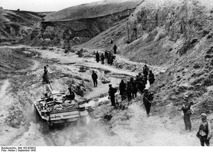 Battle rages for Mamayev Kurgan hill, the high ground overlooking Stalingrad- Red Army & Germans swap control of the summit almost daily. https://t.co/EhAAD9ZYo0