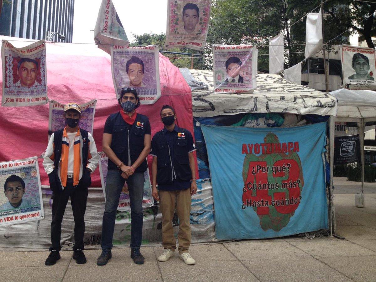 Los #Tochaneros aguardando en solidaridad a las familias de #Ayotzinapa, fraternidad en acción. #26deseptiembre #VivosSeLosLlevaron #NiPerdonNiOlvido #MemoriayJusticia https://t.co/NzyBWEUlsh