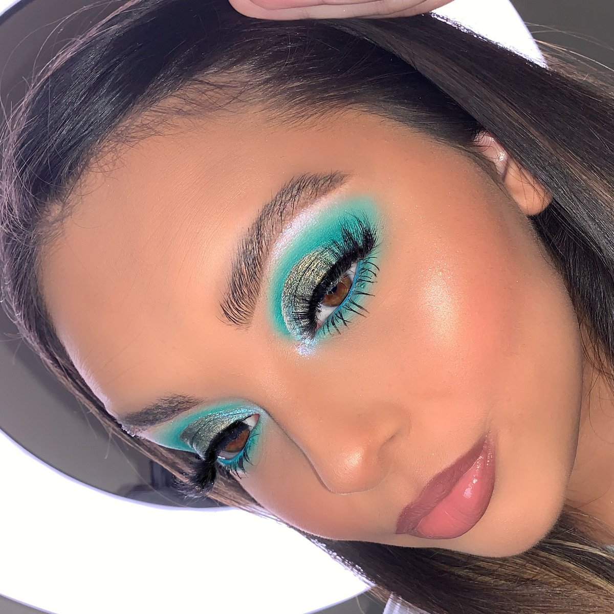 💠 MINTY FRESH 💠 using the @hudabeauty Emerald Obsession Palette 💙 #hudabeauty #makeup #makeupartist #makeuplooks #makeupaddict #makeuplover https://t.co/KXIv0r79oz