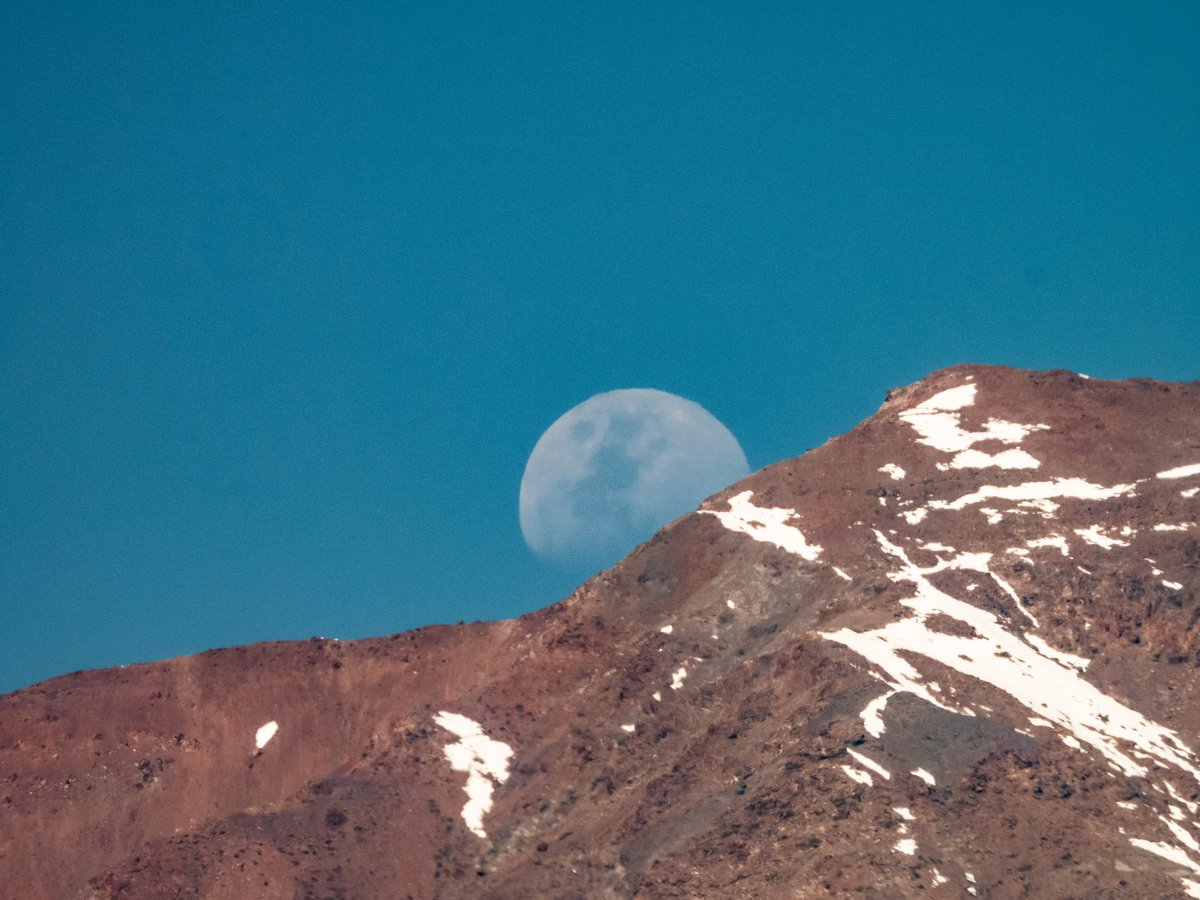 Moon and Mountains #space #moon #chile https://t.co/0gPe8duZp8