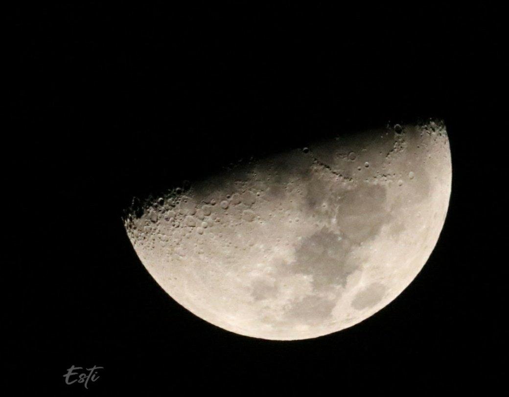 """ליל כוכבים 🌟-  ערב יום הכיפורים תשפ""""א עם הקריאה להתפלל תחת כיפת השמיים, הציצו מידי פעם לרקיע, ותראו כוכבים מדהימים. כוכב הלכת מאדים נראה הערב אדמדם ובוהק במיוחד 🌟  ולכל אוהבי #הירח 🌔 צילומים מרהיבים של הירח #moon שצילמה📸: ESTI  لكل محبي #القمر 🌔 أسعد الله مساءكم بكل خير ☪️ https://t.co/9p6QsKnIRN"""