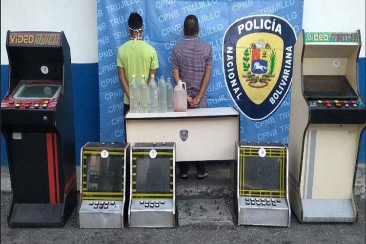 #26Sep #LosAndes #Sucesos Con cocuy y máquinas tragamonedas fueron detenidos dos hombres en #Trujillo  https://t.co/qQs7ijC7Hm https://t.co/rP1CmzC90u