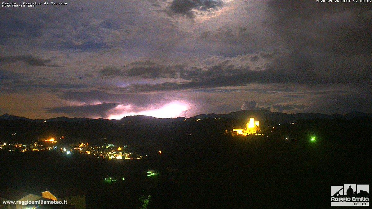 ⚡️#Fulmini nella notte. Il #temporale toscano visto dalla webcam di #Casina e Castello di Sarzano. Immagini in diretta: https://t.co/50GlLhUPij #ReggioEmilia #Meteo https://t.co/rovI3Vo2H7