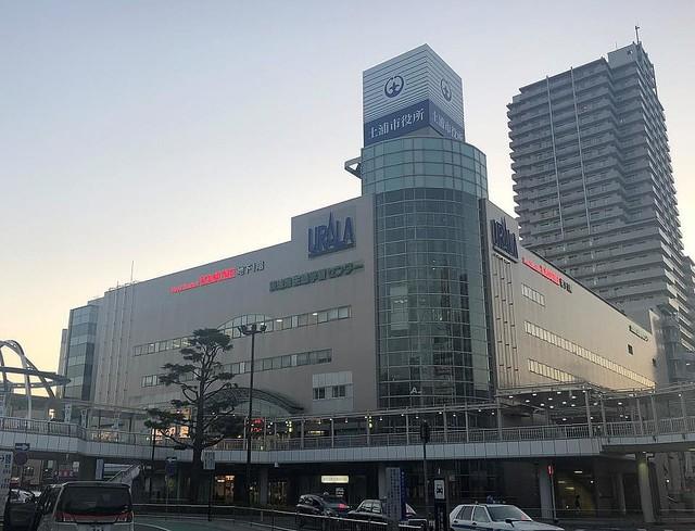 【随所に名残】商業施設にしか見えない、茨城・土浦市役所が話題イトーヨーカドーが13年に撤退し、15年に市役所が移転してきた。駅前に位置し、施設内にはダイソーやスーパーも入っている。