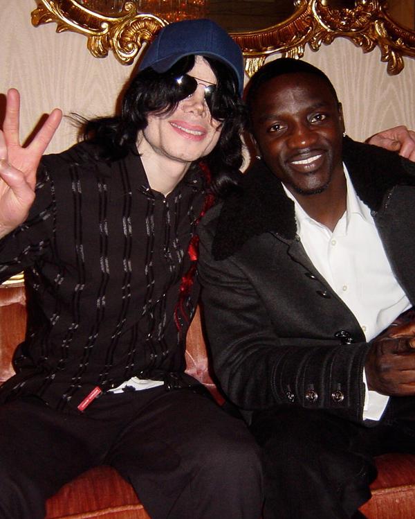 """La historia de """"Hold My Hand"""" es muy interesante. Michael Jackson no escribió la canción y la canción no fue escrita para él así que descubre como así llegó la canción al Rey del Pop. ¡No te pierdas el episodio de hoy en MoonwalkerTV! #michaeljackson #akon #holdmyhand #mjfam https://t.co/zBKBGXsk1Q"""