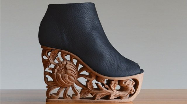 ベトナム、フエの王宮装飾に使われていた木彫りと靴を合体させた、歩く王宮シューズ。美術品を見るかのようで素晴らしい仕上がり。Saigon Socialite