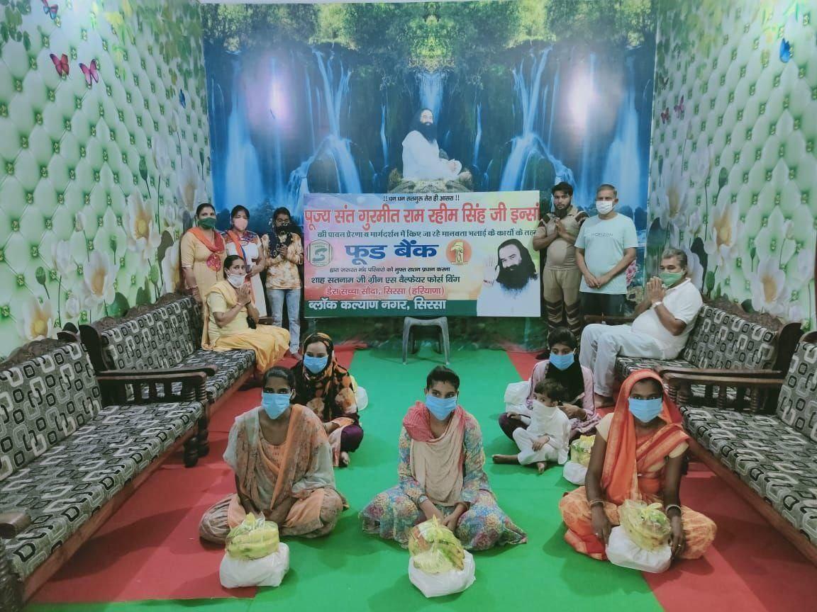 #FoodBank फूड बैंक 🏦 डेरा सच्चा सौदा की एक सामाजिक सेवा के लिए अनोखी मुहिम है जिसके अन्तर्गत गर्भवती बहनों को पौष्टिक आहार में  चने, सोयाबीन, केले, मूंगदाल, गुड़, दूध इत्यादि देकर जच्चे बच्चे की संभाल की जाती हैं। धन्य है उनके गुरु @GurmeetRamRahim सिंह इंशा जी। https://t.co/k1iwkGtsWF