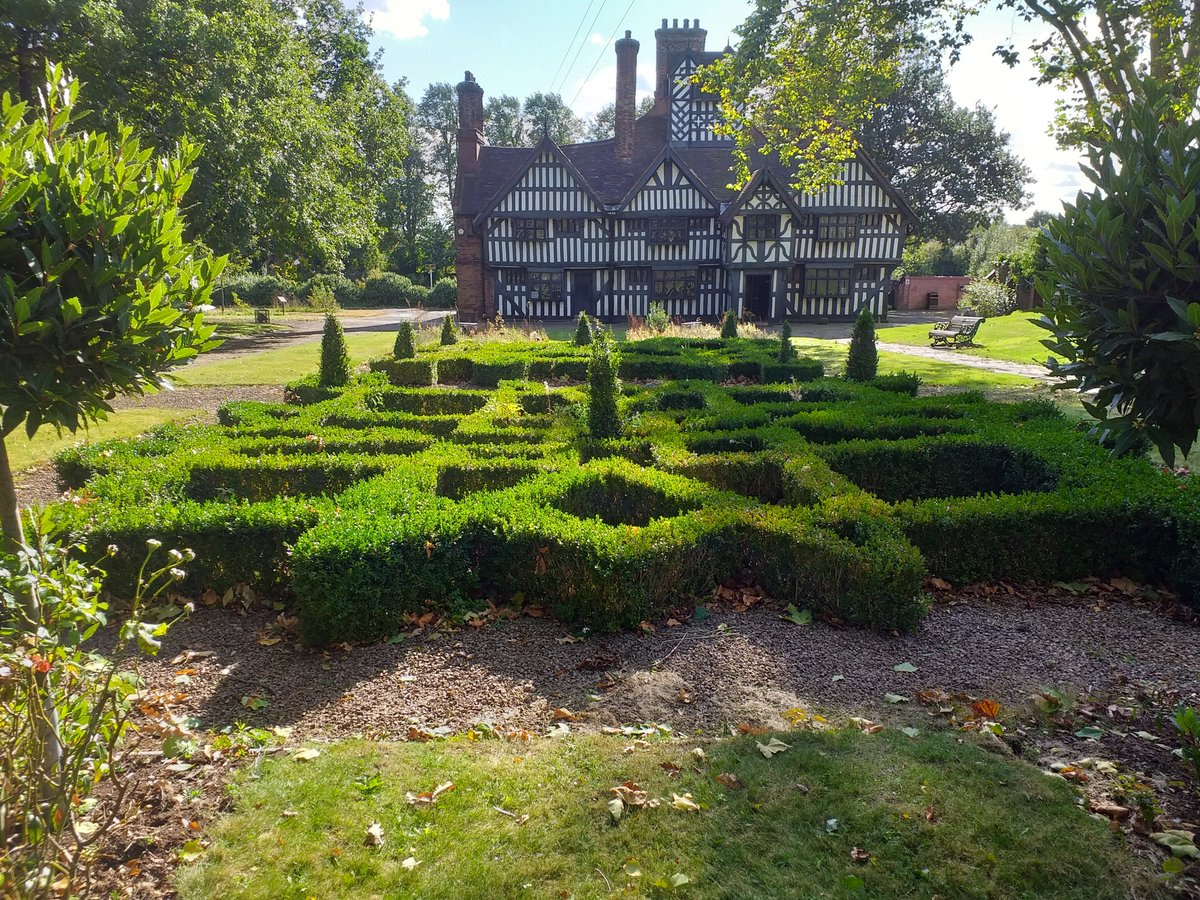 #autumn pic of the day is Oak House in the late September light. #Sandwell #discoversandwell #historywestmidlands #museumpassion #westbromwich https://t.co/pb0o305e8O