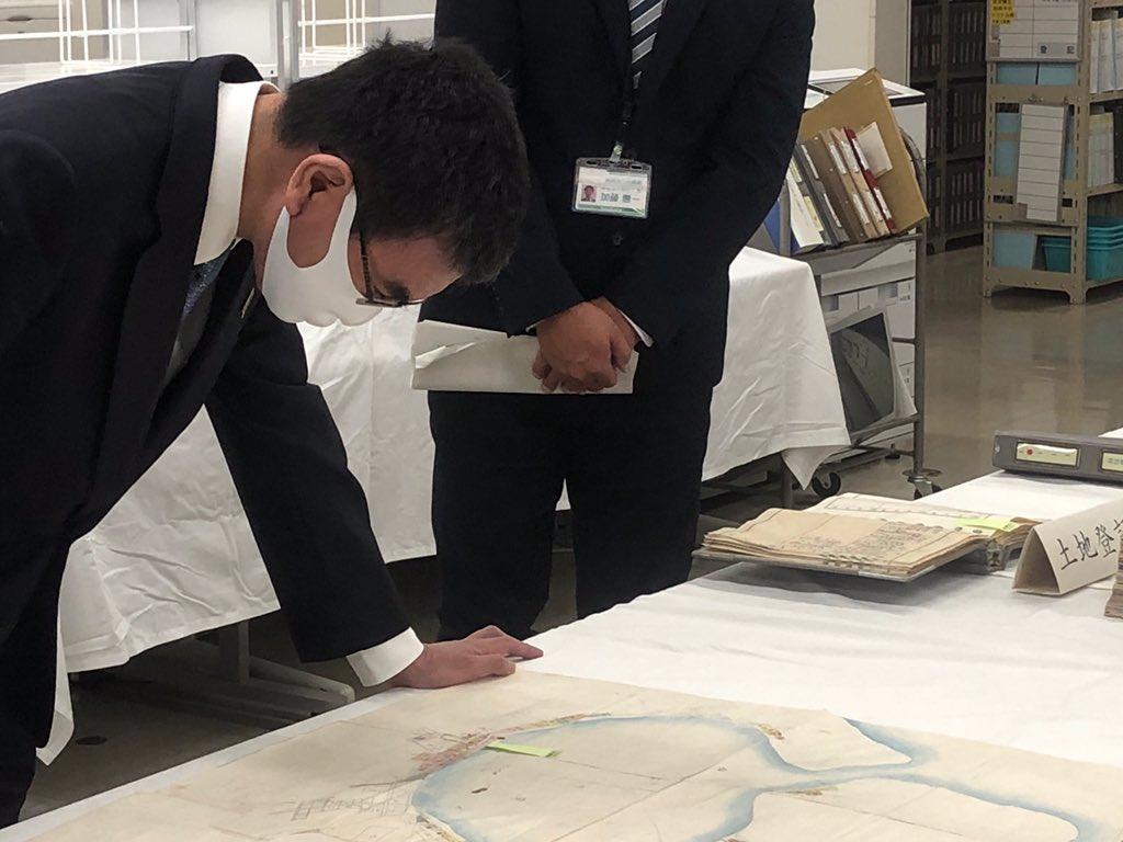 釧路地方法務局根室支局で北方領土の登記簿などを視察。四島の登記簿などがしっかり残っています。色丹島の一部の登記簿と添付された地図。 https://t.co/qdD6Dc4VzG