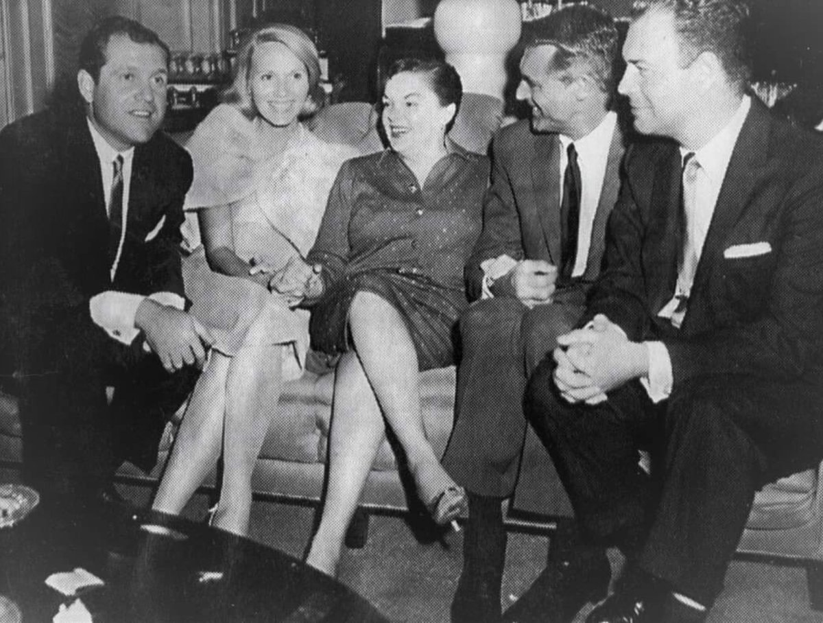 Judy Garland in Chicago with Alan King, Eva Marie Saint, Cary Grant, and Nelson Riddle, in Chicago,September, 1958.#teamtjge #judygarland #judy #carygrant #nelsonriddle #evamariesaint #alanking #northbynorthwest #legend #diva #thejudygarlandexperience #pumproom #chicago https://t.co/TSwQ4rbMXI
